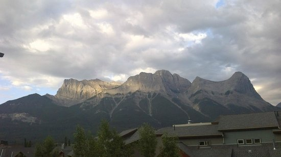 The Lodges at Canmore: Great view of the mountains from the balcony