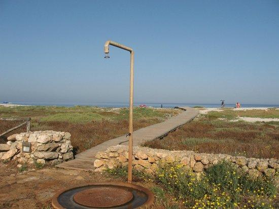 Camping Is Aruttas: Passerella di legno sulla spiaggia e doccia