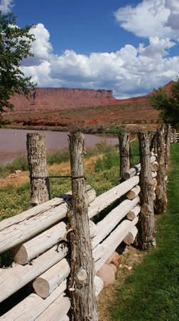 Red Cliffs Lodge: View from the lawn behind the patio