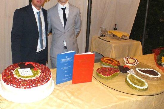 Villa Paradiso dell'Etna: Dove sono i fiori al centro della torta?