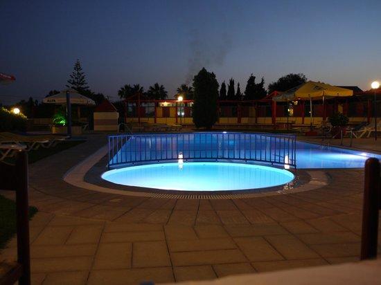 Sea View: Pool bei Nacht