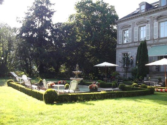 Hotel Belle Epoque: Blick vom Liegestuhl auf das Hotel und Terrasse