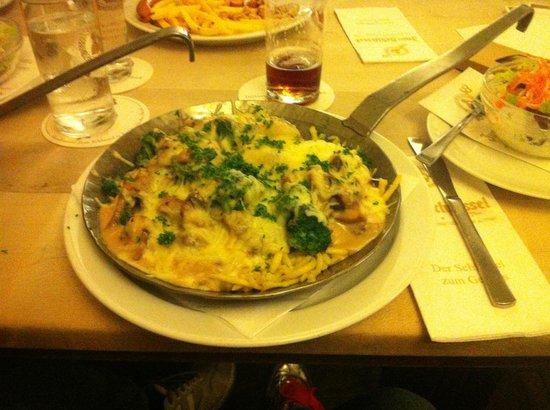Hausbrauerei Zum Schlussel : un piatto di pasta, verdure, formaggi fusi e funghi....per una persona!!!