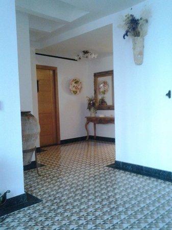 Hostal Aranda: Entrance hallway and reception area