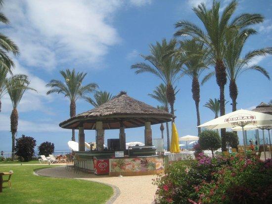 Pestana Grand Premium Ocean Resort: Poolside bar