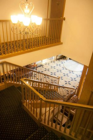North Country Inn & Suites: Stairway to lobby area