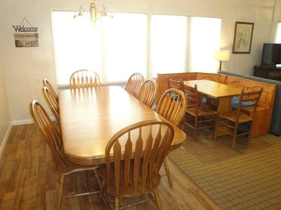 White Lake Holiday Resort: Lakeside Cottage Dining Tables