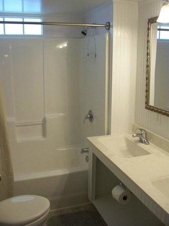 C2 Bathroom at White Lake Holiday Resort