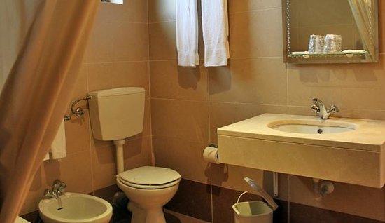 Hotel Santa Cecilia: Bathroom