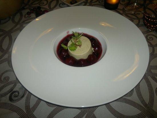 Hotel Spa La Torre: Semifreddo con pistacchio e menta su fondo di ciliegie