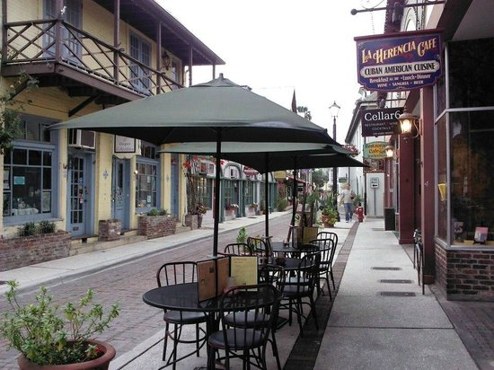 La Herencia Cafe: Outside sitting