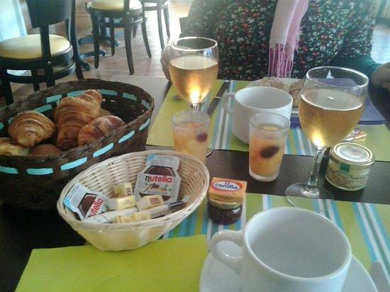 Hotel D'arromanches : Una parte della colazione