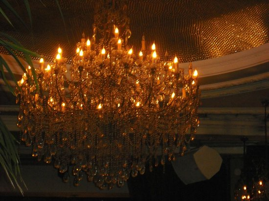 Jewel Piccadilly : Chandelier inside bar