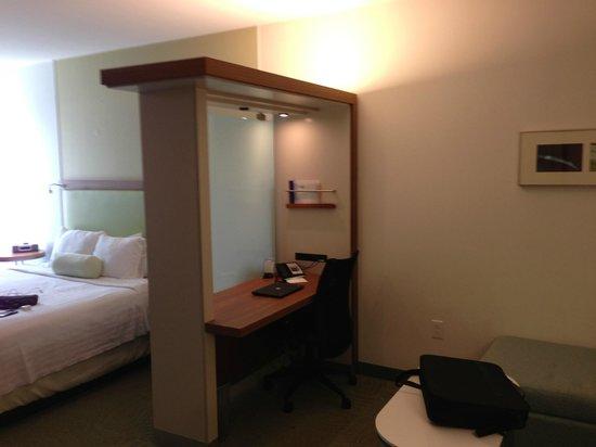 Staybridge Suites Houston IAH - Beltway 8: bed/living area