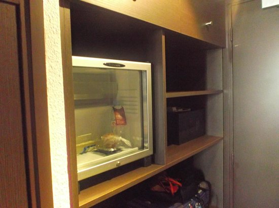 Mercure Versailles Parly 2: Fridge and easy to use free safe