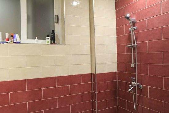 Hi Guesthouse: Bathroom