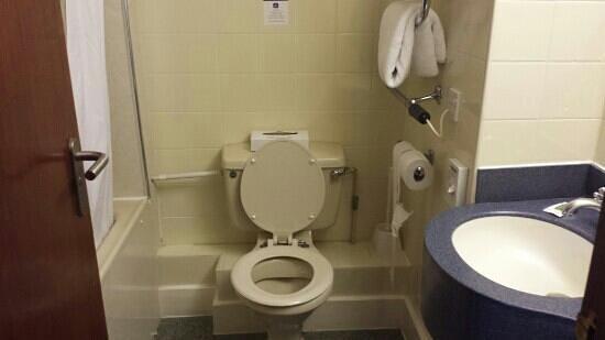 Ramada Leicester Stage: Bathroom