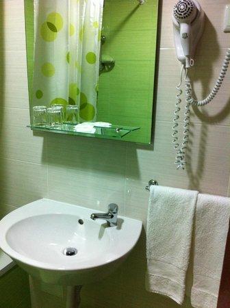 Pensao Residencial Domus : Clean bathroom
