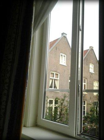 Hotel Alexander: вид из окна. комната 9