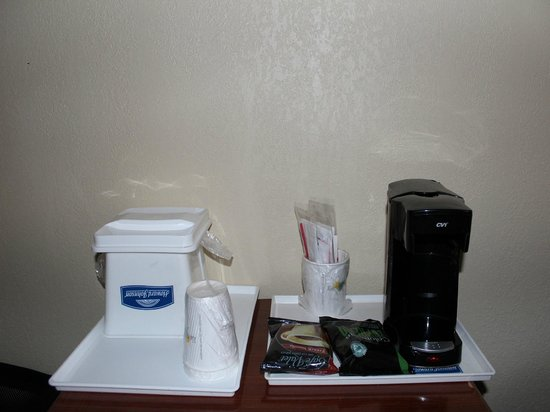Howard Johnson Inn Jamaica JFK Airport NYC: COMPLIMENTARY IN-ROOM COFFEE