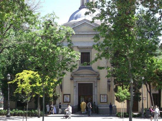 Parroquias de San Antonio de la Florida y San Pio X : La Ermita, además de los magníficos frescos guardan los resto de Goya
