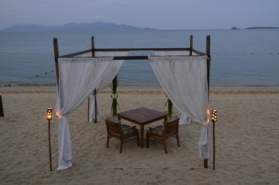 Hansar Samui Resort: 'Dining under the stars' table on the beach