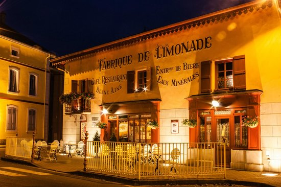 Residence des Saules: Night  view of the Ancienne Auberge