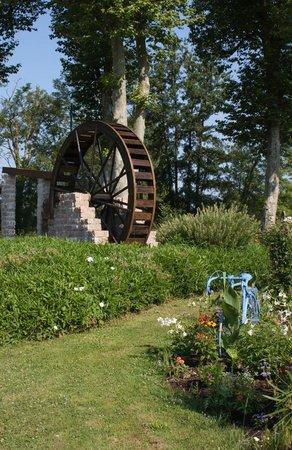 Residence des Saules: Waterwheel in Vonnas