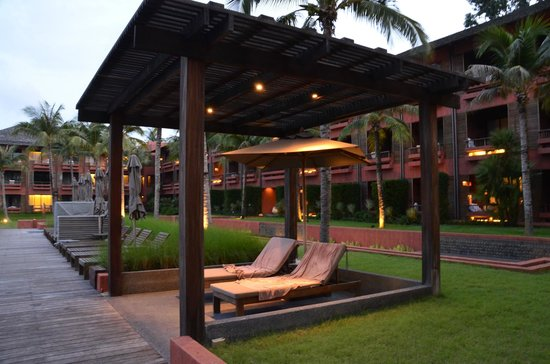 Hansar Samui Resort: Shaded day bed by the pool