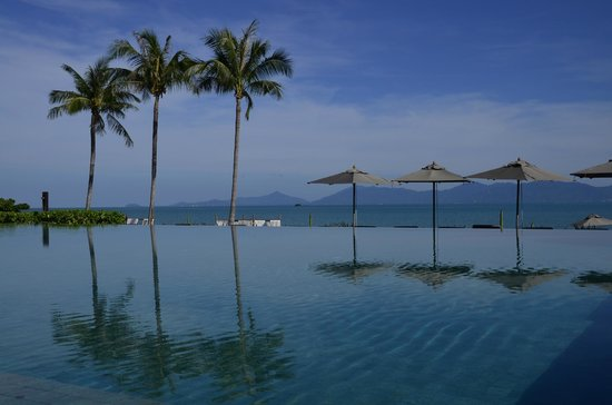 Hansar Samui Resort: View across the pool