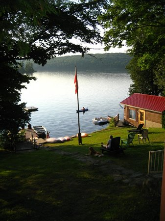 Blue Moon Retreat : View to the boathouse