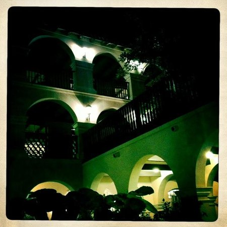 Casa De Palmas Renaissance McAllen Hotel : looking up from courtyard