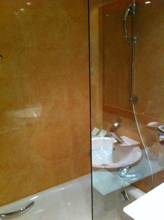 Holiday Inn Lisbon - Continental: Spotless bathroom