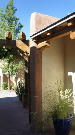 El Farolito B&B Inn: courtyard