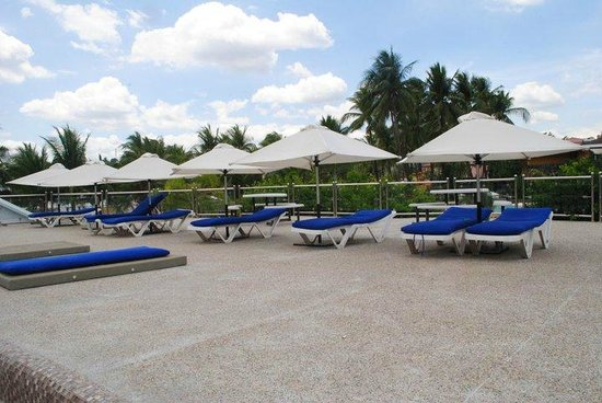 White Rock Waterpark and Beach Resort: at the pool side