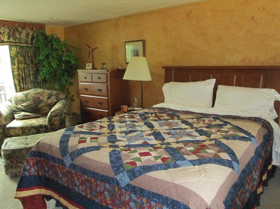 Wooden Diamond Bed & Breakfast : Large bed