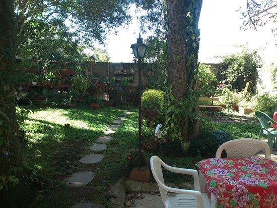 Casa Lilas: Jardim gostoso nos fundos da Casa Lilás