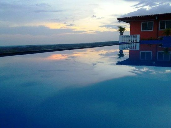 Cielo de Panama Hotel: VIEW OVER TOP OF THE POOL