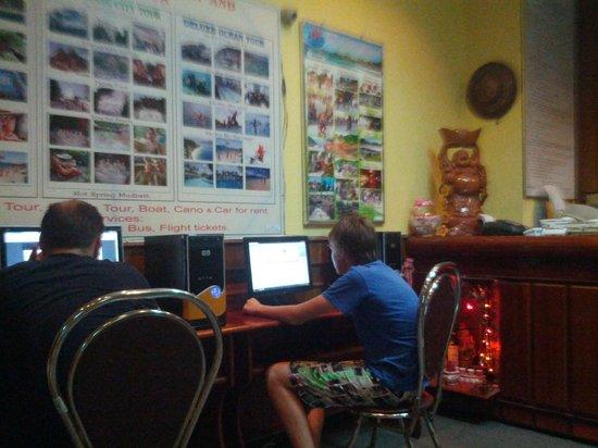 Indochine Hotel Nha Trang: в лобби стоят 2 компа