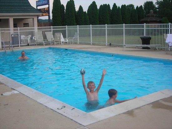 Days Inn Staunton North: Having Fun in the Hotel Pool