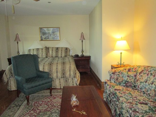 JailHouse Inn : the room with old couch on right