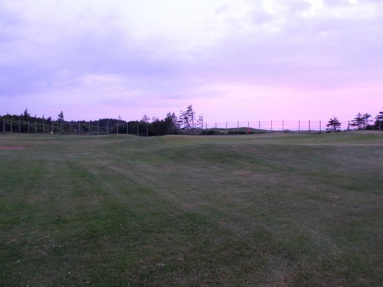 Rodd Crowbush Golf & Beach Resort: golf course from the walking path