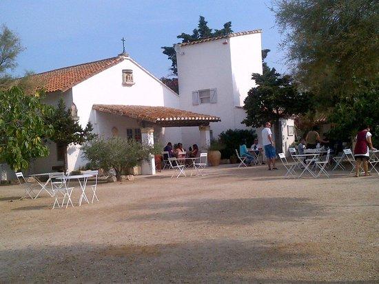 Hotel de Cacharel : entrée et petit dejeuner extérieur