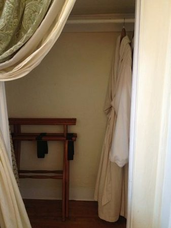 Half Moon Bay Inn: closet with robes