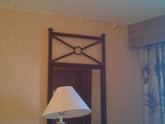 Golden Inn Hotel : Peeling wall paper