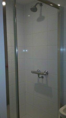 Point A Hotel, London Paddington: Chuveiro com água forte