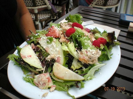Bubba Gump Shrimp Co.: Pear and Berry Salad -
