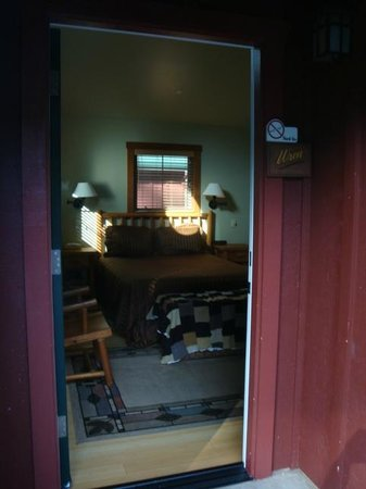 Creekside Inn & Resort: Looking in through the door