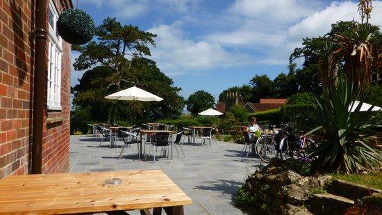 The Fishbourne Inn: Outside seating
