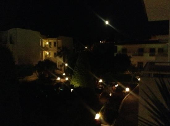 Nikolas Villas Appartments: 23.00 op het complex...rustig dus....